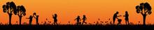 Familie Grillt Und Kinder Spielen Bei Sonnenuntergang