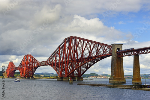 In de dag Brug The iconic Forth Bridge, a UNESCO World Heritage Site, carries the rail tracks from South to North Queensferry, Edinburgh. Scotland