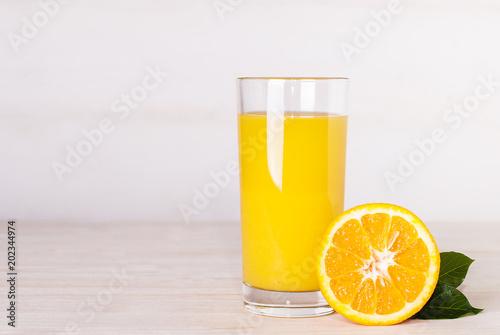 Foto op Canvas Sap glass of orange juice on a table