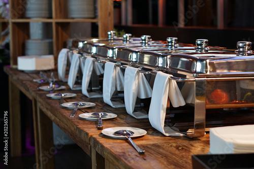 Photo sur Aluminium Buffet, Bar Mehrere Warmhaltebehälter aus Edelstahl am Buffet