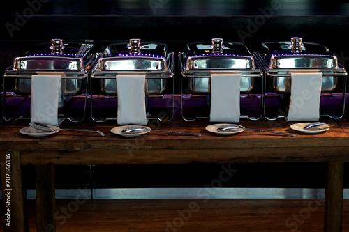 Foto auf AluDibond Bar 4 Warmhaltebehälter aus Edelstahl am Buffet