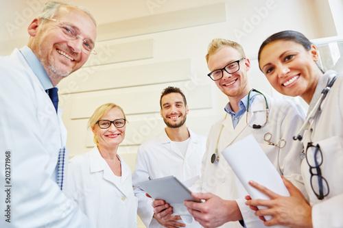 Photo  Ärzteteam lächelt glücklich