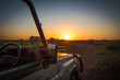 Gelände Fahrzeug mit Sonnenuntergang