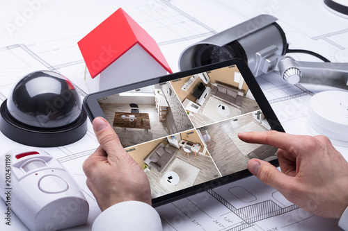 Fotografia Person Watching Footage On Digital Tablet
