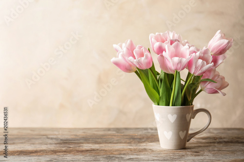 Tuinposter Tulp Cup with beautiful tulips for Mother's Day on table