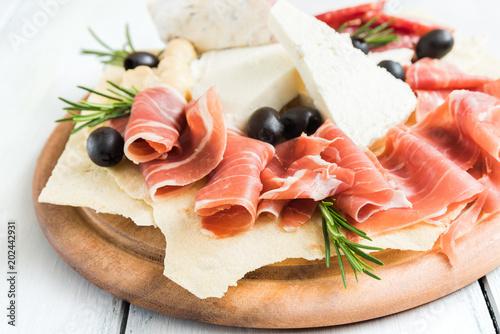In de dag Voorgerecht Tagliere con formaggio fresco, pane carasau, prosciutto crudo, salame e olive