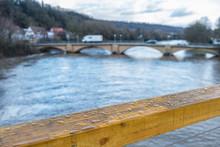 Regennasses Brückengeländer ...