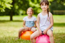 Zwei Mädchen Hüpfen Mit Hüpfball