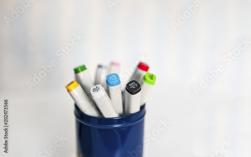 Isolated color sharpie markers (pens) in a blue can with white background Billede på lærred