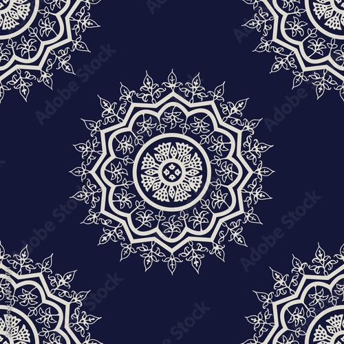 Materiał do szycia Indygo woodblock drukowania bezszwowe etniczne mandali kwiatowy wzór. Tradycyjne orientalne ornament Indii Kaszmir kwiaty, ecru na granatowym tle. Projektowanie tkanin.
