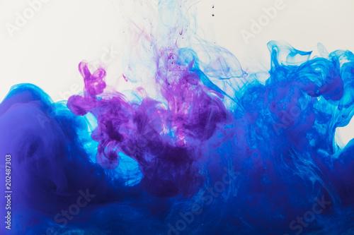 tlo-z-plynaca-niebieski-i-fioletowy-farba-gwasz-w-wodzie