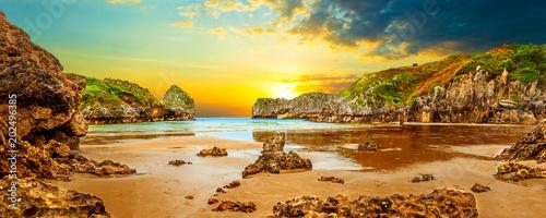 Staande foto Meloen Impresionante e idilico paisaje de playa y mar en Cantabria.Acantilados y montañas.Puesta de sol y naturaleza salvaje