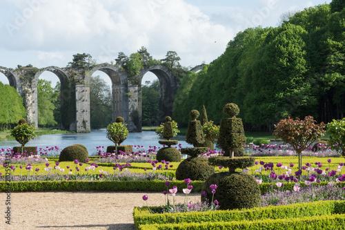 Le jardin fleuri d\'un chateau pour une princesse romantique – kaufen ...