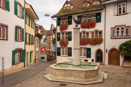 Photo Gemsberg fountain and colourful buildings in the old town of Basel, Switzerland