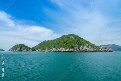 Staande foto Eiland View of island nature, forest mountain. Mu Koh Angthong Nationnal Park, Koh Samui Thailand