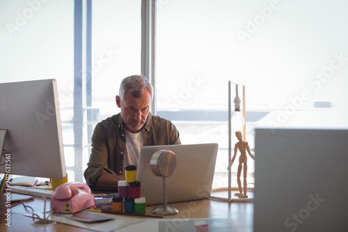 Fotografía  Focused businessman working on laptop at office