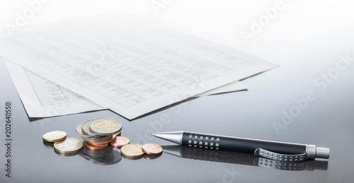 Finanzen, Eurobargeld. Kugelschreiberund Tabellen auf spiegeldem Tisch, Hintergrund