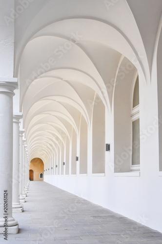 Detalhe de colunas e claustro Fotobehang