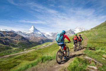 Fototapeta Mit dem Mountainbike vorbei am Matterhorn in den Schweizer Alpen, Kanton Wallis, Schweiz