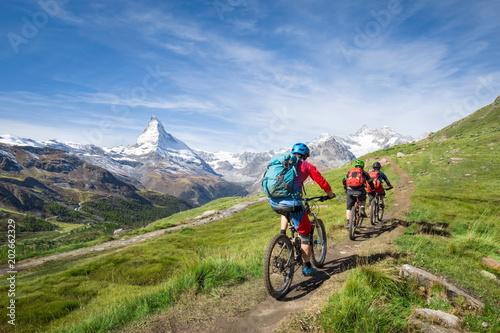 Fotobehang Fietsen Mit dem Mountainbike vorbei am Matterhorn in den Schweizer Alpen, Kanton Wallis, Schweiz