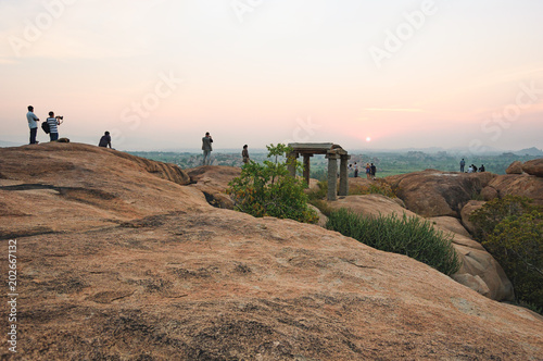 Photo  Picturesque view from the Malyavanta Hill at sunset overcast sky in Hampi, Karnataka, India