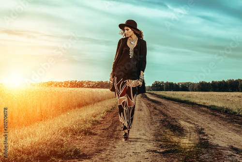 Cadres-photo bureau Gypsy woman walking on road