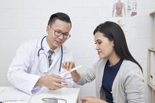 Doctors Treat Patients With Ca...