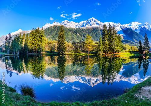 Foto auf Gartenposter Reflexion Mont Blanc reflected in the lake