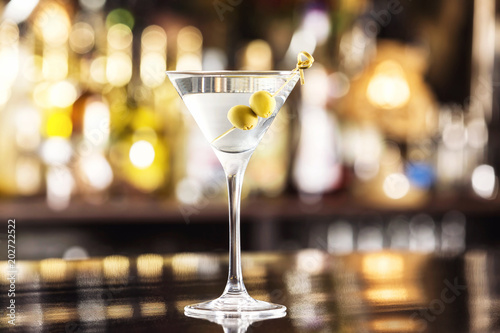 Closeup glass of martini dry cocktail with olives at bar counter background Canvas-taulu