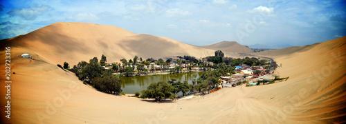 Foto Sand dunes surround the Huacachina oasis, Ica, Peru