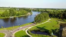 オランダの川を左旋回しながら撮影する空撮動画