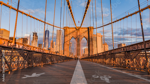 Tuinposter Brooklyn Bridge Brooklyn bridge and Manhattan skyline early morning glowing at sunrise