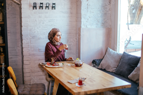 Fotografía  asian muslim woman pouring tea on cup
