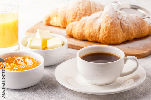 Photo Continental breakfast with fresh croissants, orange juice and coffee
