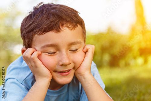 Kind kleiner Junge träumen Traum Tagtraum nachdenken denken draußen Textfreiraum Fototapet