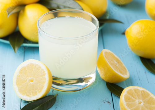 Foto op Plexiglas Sap Glass of organic fresh lemon juice and fruits