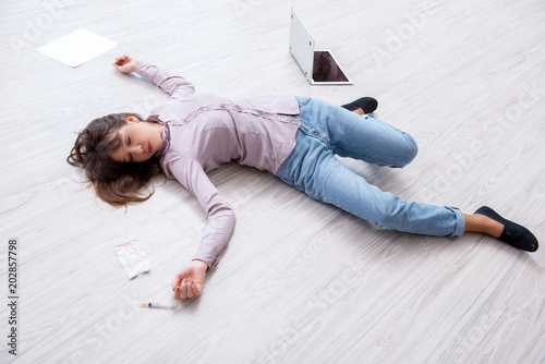 Obraz Dead woman on the floor after commiting suicide - fototapety do salonu