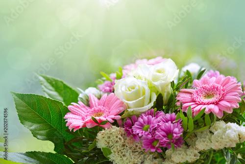 Papiers peints Secheresse White roses and pink gerbera bouquet.