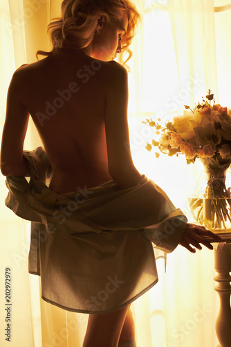La pose en embrasure womenART Sensual blonde at the window