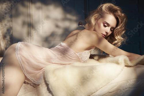 In de dag womenART Sensual blonde in her boudoir