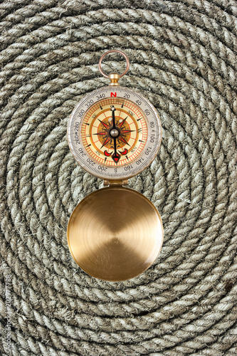 Fotografie, Obraz  compass on old twisted rope