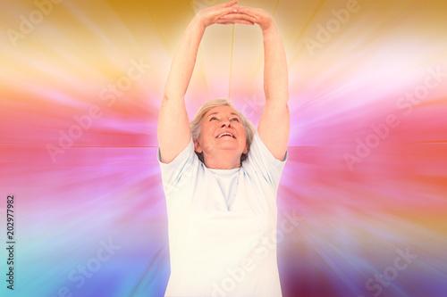 Photographie  Femme âgée, étirant ses bras sur fond abstrait