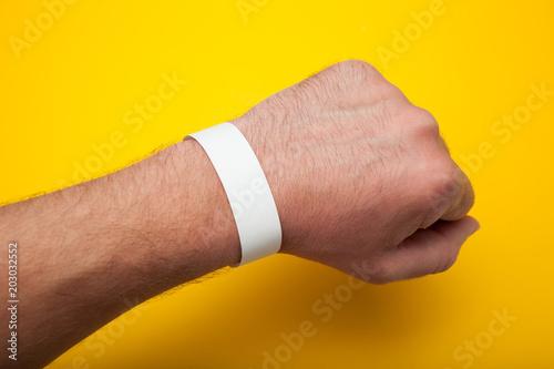 Fotografía  Empty concert bracelet on hand, mockup.