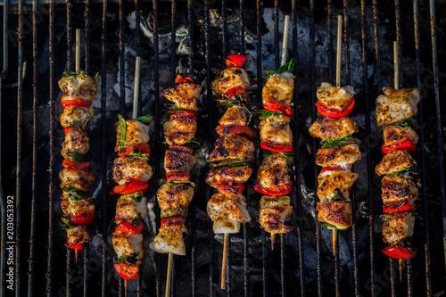 Vászonkép Close up pf delicious chicken breast on wooden skew with fresh vegetables, garli