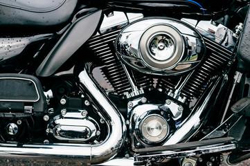 Izbliza motocikla s puno kromiranih detalja. Suvremeni snažni perfomance cestovni motocikl, sjajni refleksni površinski motor s ispušnim cijevima. Industrija vozila. Tehnologije vozila na dva kotača.