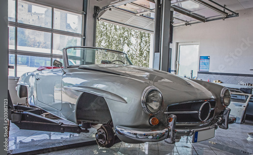 Photo sur Aluminium Vintage voitures altes Cabrio in der Werkstatt