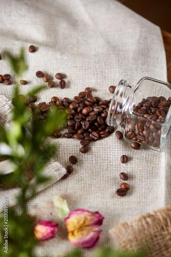 palone-ziarna-kawy-wydostaja-sie-z-przewroconego-szklanego-sloika