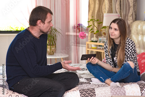 Fotografía  family quarrel between father and daughter of a teenager