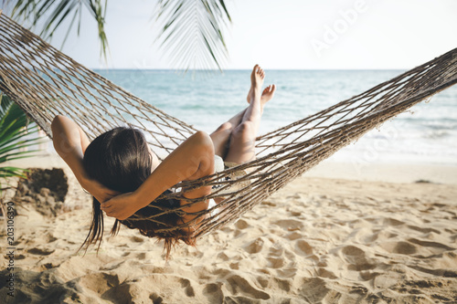 La pose en embrasure Detente Happy woman relaxing in hammock