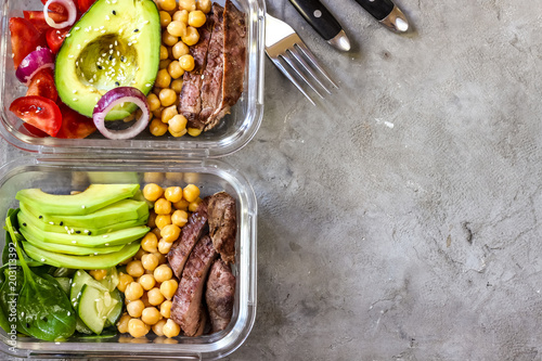 La pose en embrasure Assortiment Healthy meal prep containers with chickpeas, goose meat